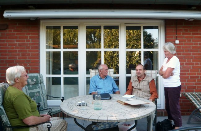 Marianna-Gerhard, Redaktør Paulsen & Anke på terassen.