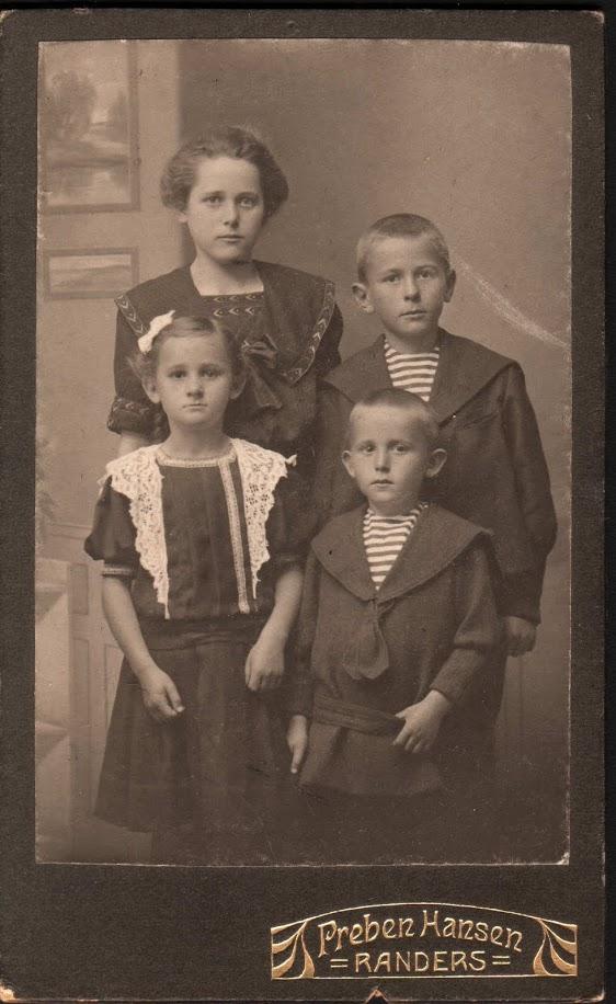 Nr. 02  Anne, Søren,  Astrid og Ejnar c. 1912