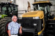 Knud ved stor traktor